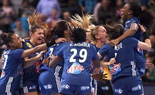 L'équipe féminine française de handball explose de joie, le 15 décembre 2017, après sa qualification, face à la Suède, pour la finale du Mondial, à Hambourg (Allemagne).