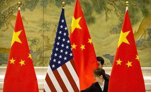 Illustration de drapeaux chinois et américain.