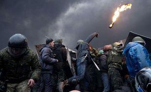Un manifestant lance un cocktail molotov sur les forces de l'ordre à Kiev, en Ukraine, le 20 février 2014.