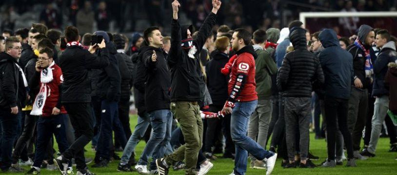 Des supporters du Losc ont envahi la pelouse après Lille-Montpellier, le 10 mars 2018.