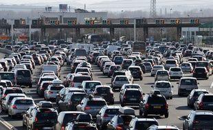 Plusieurs kilomètres de bouchons sur la A43 pour les départs en vacances vers les stations le 6 février 2016. Ici en photo, le péage de Saint-Quentin-Fallavier bloqué par des milliers de voitures.