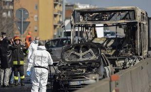 Un chauffeur a pris en otage une cinquantaine d'enfants, les a attachés et a tentéde mettre le feu au véhicule, avant d'être interpellé par la police, le 20 mars 2019, près de Milan en Italie.