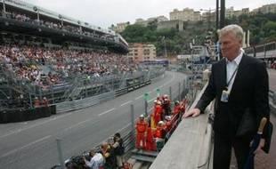 Max Mosley a dû commencer par annuler son voyage au Grand Prix de Formule 1 de Bahreïn. Occupé avec ses avocats concernant les suites à donner à cette affaire, le président de la FIA, âgé de 67 ans, a en outre vu plusieurs grands constructeurs prendre leurs distances.