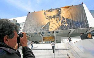 L'affiche de l'événement a été hissée sur le centre de congrès, lundi matin.