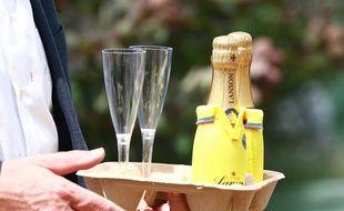 Deux petites bouteilles de champagne servies au tournoi de Wimbledon le 4 juillet 2017.