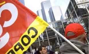 Près de 800 ouvriers ont manifesté leur désarroi, hier, devant une tour du groupe.