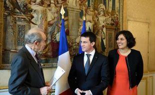 L'ancien ministre de la Justice Robert Badinter (g) vient remettre son rapport sur le Travail au Premier ministre Manuel Valls et à la ministre du Travail Myriam El Khomri à Paris, le 25 janvier 2016