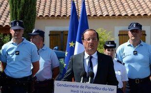 """La sécurité est """"non seulement une priorité mais une obligation"""": cent jours après son élection, François Hollande a promis mardi de répondre avec toute la rigueur républicaine à l'insécurité, lors d'une visite coïncidant avec les violences survenues à Amiens."""