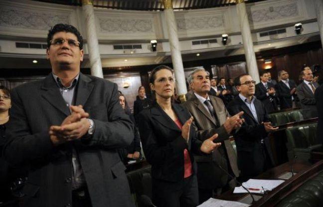 La Tunisie s'est dotée dimanche d'une mini constitution provisoire permettant de désigner les futurs président et chef de gouvernement qui dirigeront le pays jusqu'à la tenue d'élections générales et l'adoption d'une constitution définitive par l'Assemblée constituante élue le 23 octobre.