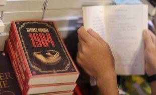 Des exemplaires du livre « 1984 » de George Orwell, à la foire aux livres de Hong Kong, le 15 juillet 2015.