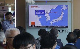 Des voyageurs regardent des images des missiles lancés par la Corée du Nord, à Séoul, le 8 juin 2017.
