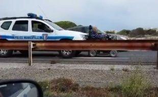 Une vidéo circulant sur internet montre une voiture de police poussant un fauteuil roulant sur le bord de la route.