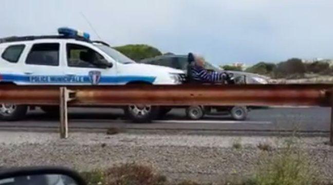 video aude une voiture de police pousse un fauteuil roulant sur la route. Black Bedroom Furniture Sets. Home Design Ideas