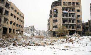 Entrée dans la vieille ville d'Alep, en Syrie, les ruines se couvrent de neige, le 21 décembre 2016.