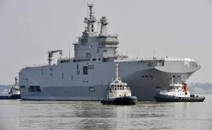 """Le """"Sébastopol"""", second navire de projection et de commandement (BPC) Mistral quitte son quai du port de Saint-Nazaire (ouest de la France), le 16 mars 2015"""
