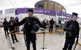 Le ministère de l'Intérieur a décidé l'engagement d'effectifs de la Police aux frontières (PAF) et de CRS pour remplacer les employés grévistes des sociétés privées chargées de la sûreté de l'aéroport de Roissy-Charles de Gaulle, a annoncé mercredi le syndicat de police Snop.