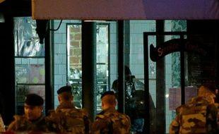 La police scientifique au Belle Equipe cafe, rue de Charonne, où a eu lieu un des attentats le 14 novembre 2015