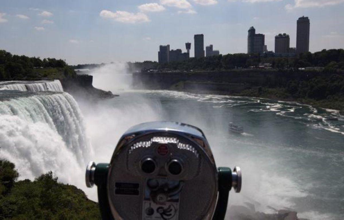 Réussira-t-il son pari? Sera-t-il déséquilibré par le vent ou le vol d'un oiseau? Des milliers de touristes retenaient leur souffle vendredi, avant la traversée des chutes du Niagara par Nik Wallenda, funambule de 33 ans déterminé à entrer dans l'histoire. – John Moore afp.com