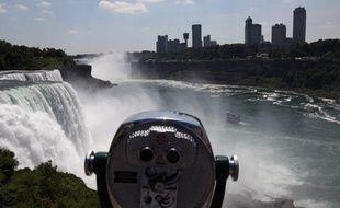 Réussira-t-il son pari? Sera-t-il déséquilibré par le vent ou le vol d'un oiseau? Des milliers de touristes retenaient leur souffle vendredi, avant la traversée des chutes du Niagara par Nik Wallenda, funambule de 33 ans déterminé à entrer dans l'histoire.