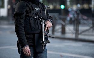 Un policier à Paris, le 7 janvier 2015, après l'attaque survenue près d'un commissariat du 18e arrondissement.