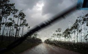 Une voiture sous le pluie juste avant l'arrivée de Dorian à Freeport, aux Bahamas, le 1er septembre 2019.