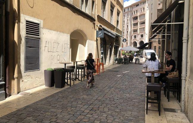 Malgré l'inscription «Allez les Bleus» sur ce mur de la rue de la Monnaie (Lyon 2e), les commerçants de cette zone touristique de la Presqu'île lyonnaise sont soulagés de savoir l'équipe de France éliminée de l'Euro.