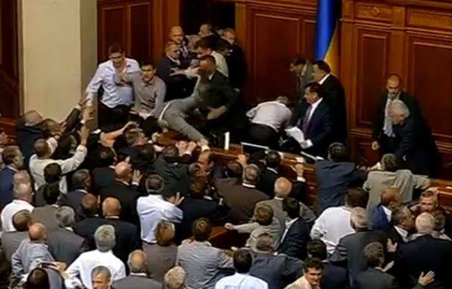 Capture d'écran d'une vidéo Youtube montrant une bagarre au Parlement ukrainien.