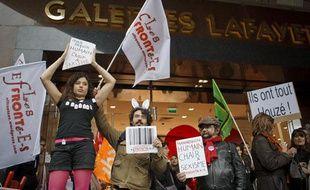 Paris le 23 mai 2013. Rassemblement anti sexiste devant les galeries Lafayette du collectif des Effronte-es et de Osez le feminisme suite a des animations Glam Chic avec des mannequins denudes vivants pour inaugurer le nouveau rayon lingerie.