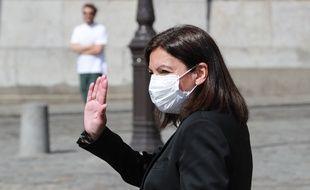 La maire de Paris Anne Hidalgo avec un masque sur le visage. Elle estime que le port du masque est «absolument indispensable» dans les rues de Paris. (illustration)