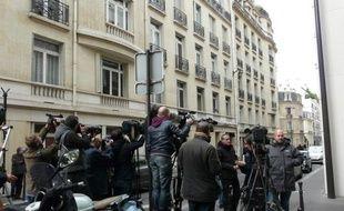 Des journalistes attendent rue Nicolo, aux abords de la clinique de la Muette, où Carla Bruni-Sarkozy doit accoucher, le 19 octobre 2011.