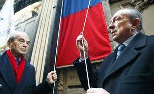 Hommage aux victimes de la rafle du 9 février, rue Sainte-Catherine, à Lyon, en présence de Robert Badinter et de Gérard Collomb, maire PS de Lyon.