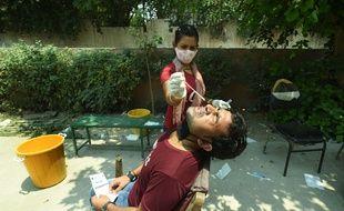 Un homme fait un test pour détecter le Covid-19, à Noida en Inde le 9 mai 2021.