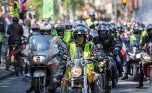 Des motards portant des gilets jaunes pendant l'acte 23, à Toulouse.