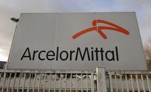 Le logo d'ArcelorMittal devant une usine (illustration).
