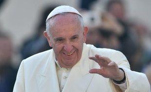 Le pape François arrive à l'audience générale hebdomadaire sur la place Saint-Pierre du Vatican le 11 novembre 2015