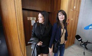 Manon Serrano et sa mère Sophie Serrano à la sortie du tribunal de Grasse, le 2 décembre 2014
