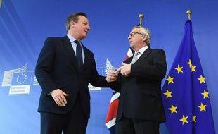 Le Premier ministre britannique David Cameron (G) et le président de la Commission européenne Jean-Claude Junker, à Bruxelles le 16 février 2016