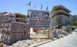 Juillet 2007. Dans les faubourgs de Bent Jbeil, au Sud-Liban, es bétonneuses travaillent à plein régime. Ici, l'émirat du Qatar finance toute la reconstruction, à raison de 40.000 dollars par maison, en quatre versements pour vérifier que les gens ne se servent pas de cet argent pour autre chose.