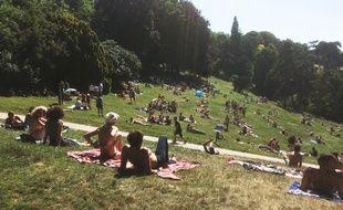 Parc des Buttes Chaumont, Paris, le 18 juin 2017 - Pour permettre aux Parisiens et aux touristes de trouver un peu de fraîcheur, la ville de Paris ouvre 16 parcs 24/24h durant l'été, du 1er juillet au 3 septembre 2017.