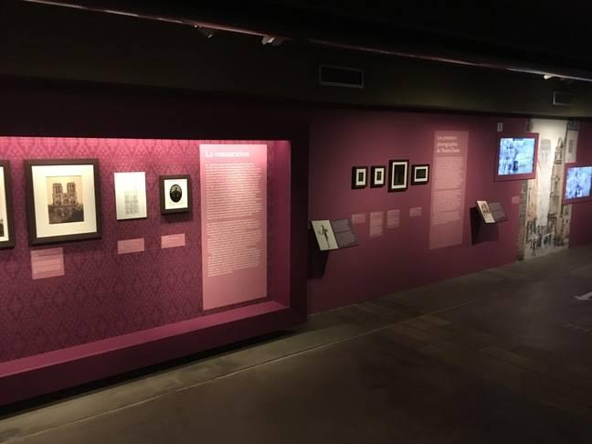 Les premières photographies de Notre-Dame sont mises en avant tout au long de l'exposition.