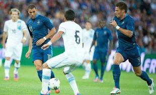 Karim Benzema tente de servir Olivier Giroud lors de France-Uruguay, le 15 août 2012 au Havre.