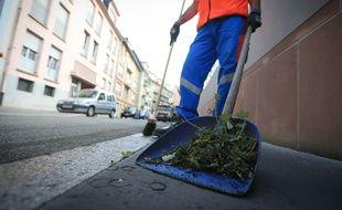 Strasbourg le 24 juin 2015. Nettoyage de fond des caniveaux de la ville par les services de l'Eurometropole