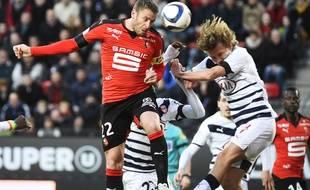 Le Rennais Sylvain Armand (à g.) à la lutte avec le Girondin Clément Chantôme (à d.)lors du match Rennes-Bordeaux joué le 22 novembre 2015. AFP PHOTO / DAMIEN MEYER