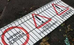 Vandalisée, une partie de la grille de protection est à terre.