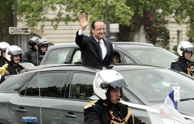 FrançoisHollande remonte les Champs-Elysées, le 15 mai 2012.
