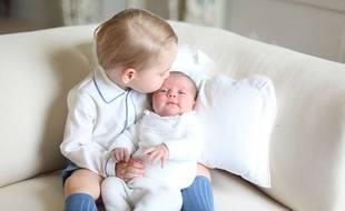 Le prince George et la princesse Charlotte de Cambridge (alors âgée de deux semaines), photographiés par leur mère Kate mi-mai 2015.