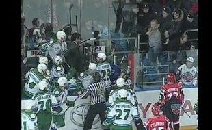 Capture d'écran d'un match de hockeur en Russie où le gardien Vitaly Kolesnik se fait afgresser par un supporter.
