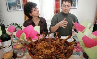 Stéphane Linou (col roulé) et des amis partagent un repas issu de produits venant exclusivement de Castelnaudary et des alentours. 21/02/09 Castelnaudary