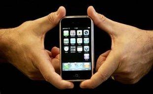 Après avoir déjà écoulé plus d'un million d'exemplaires de l'iPhone aux Etats-Unis, Apple va s'attaquer au Vieux continent le 9 novembre en y lançant son très attendu téléphone au Royaume-Uni, où il fonctionnera en exclusivité sur le réseau du premier opérateur, O2.