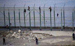 Des migrants tentent de grimper aux grillages qui entourent la ville espagnole de Ceuta, sur le continent africain. (illustration)